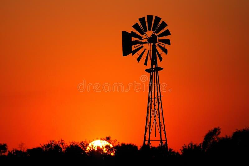 Moulin à vent au coucher du soleil images libres de droits