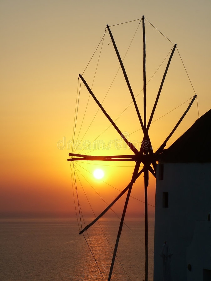 Moulin à vent au coucher du soleil image libre de droits