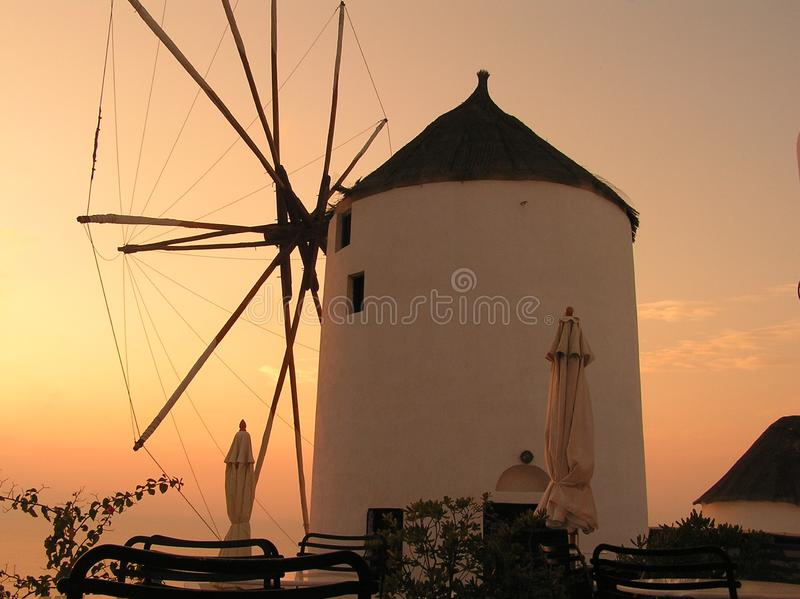 Moulin à vent au coucher du soleil sur l'île de Santorini image stock