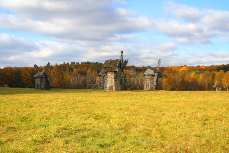 Moulin à vent au-dessus de l'horizontal d'automne photos libres de droits