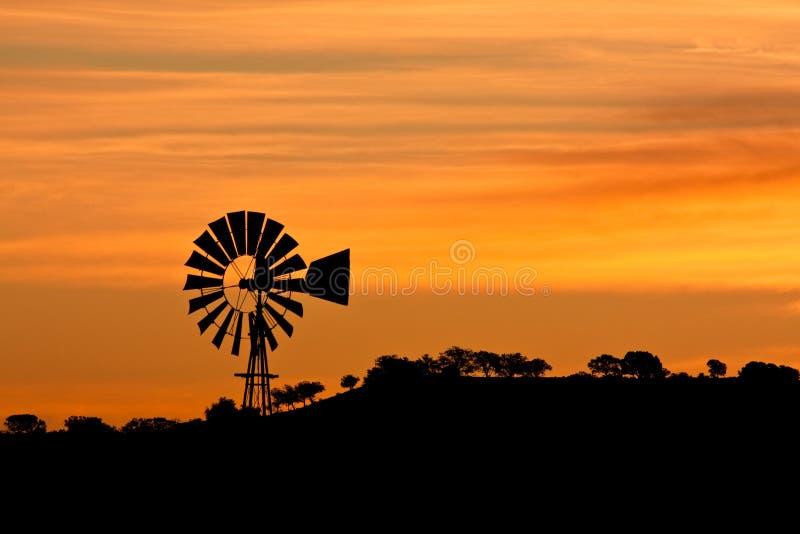 Moulin à vent au lever de soleil photo stock