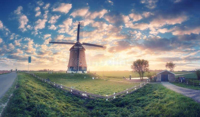 Moulin à vent au lever de soleil aux Pays-Bas photographie stock