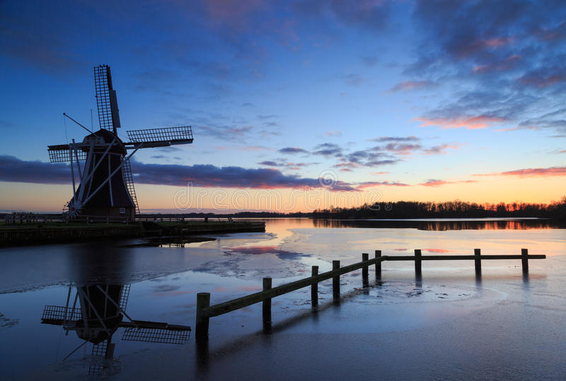 Moulin à vent avec la configuration du soleil derrière la France image stock