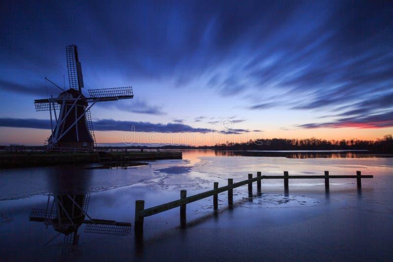 Moulin à vent avec la configuration du soleil derrière la France photos stock