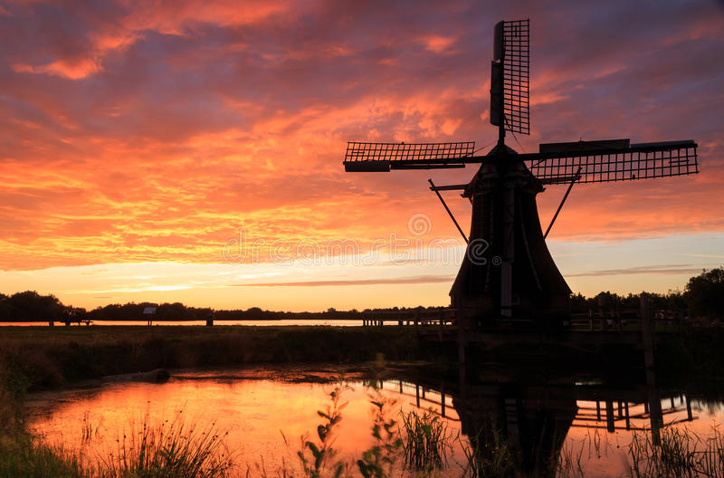 Moulin à vent avec la configuration du soleil derrière la France image libre de droits
