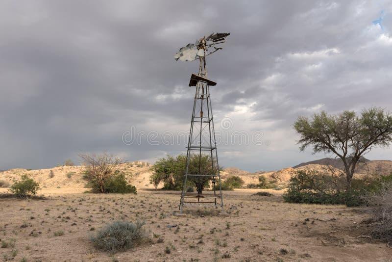 Moulin à vent cassé en parc naturel de Tsaobis, Namibie photos stock