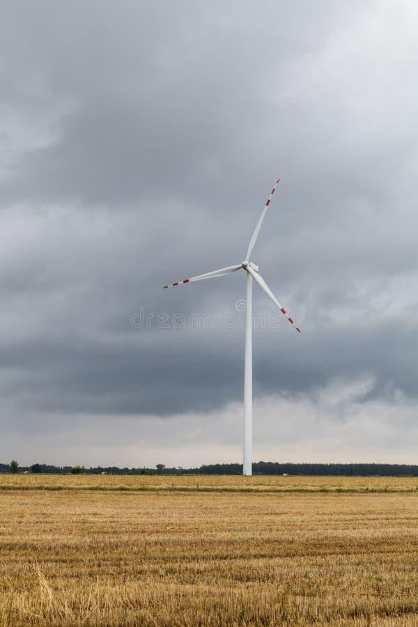 Moulin à vent contre le ciel nuageux photos stock