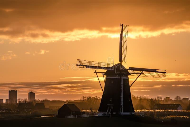Moulin à vent d'héritage de l'UNESCO et le lever de soleil photo libre de droits