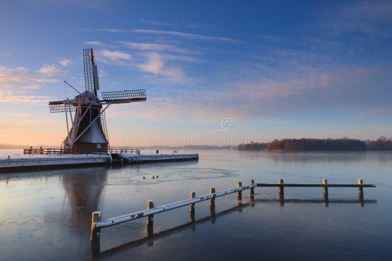 Moulin à vent d'hiver photos libres de droits