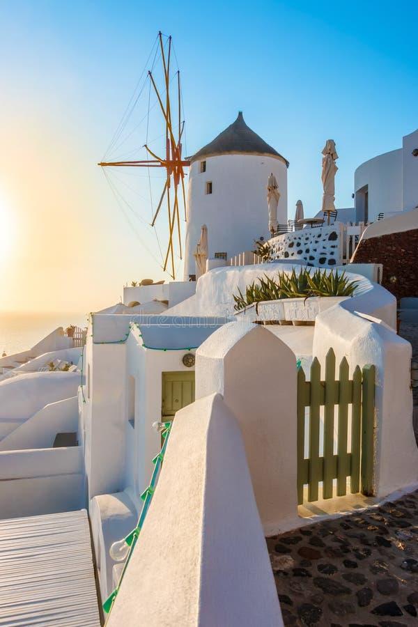 Moulin à vent dans le coucher du soleil, ville d'Oia, Santorini photos stock