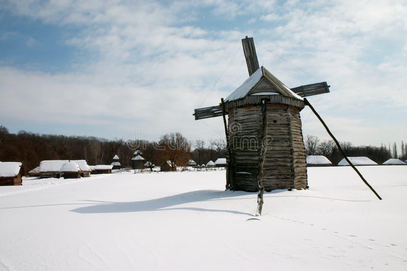 Moulin à vent dans le village images libres de droits