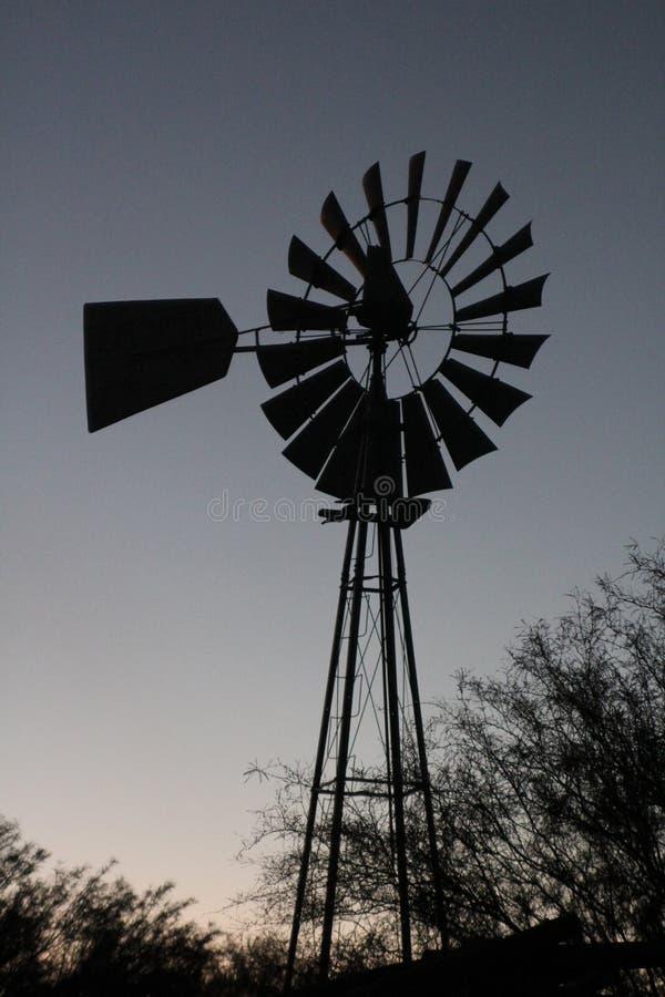 Moulin à vent de crépuscule photos libres de droits