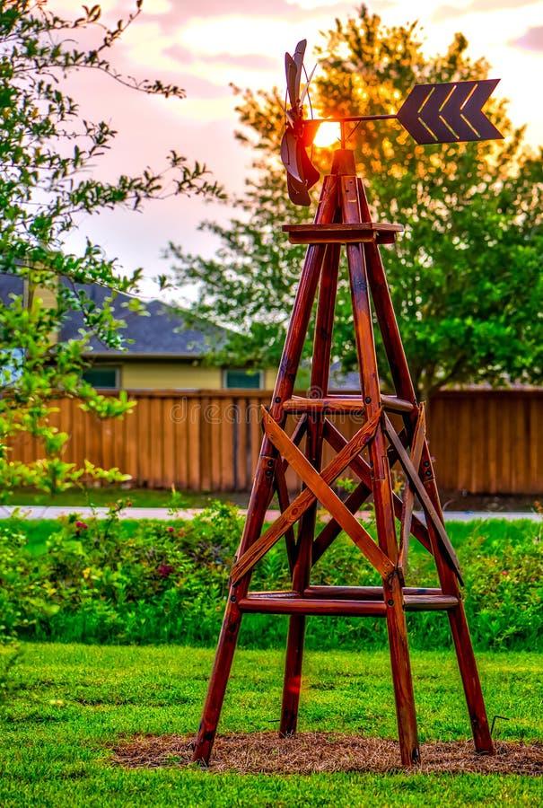 Moulin à vent de ferme à l'aube image stock