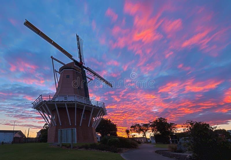 Moulin à vent de lever de soleil photographie stock libre de droits