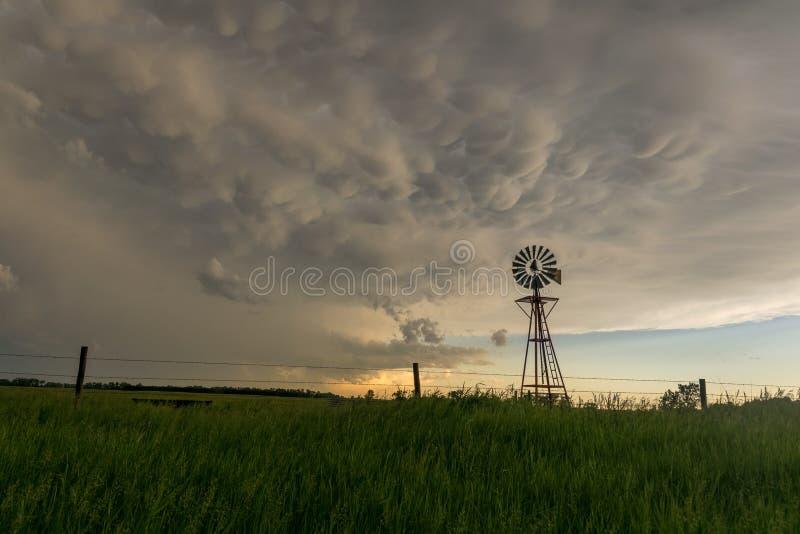 Moulin à vent du Nébraska avec de beaux nuages de mammatus au coucher du soleil photos stock