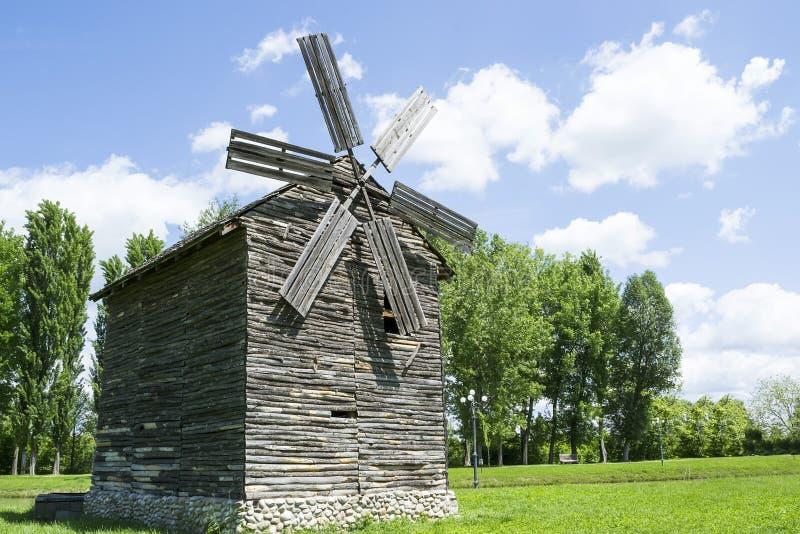 Moulin à vent en bois images libres de droits