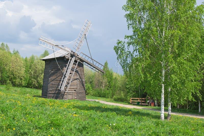 Moulin à vent en bois ancien images libres de droits
