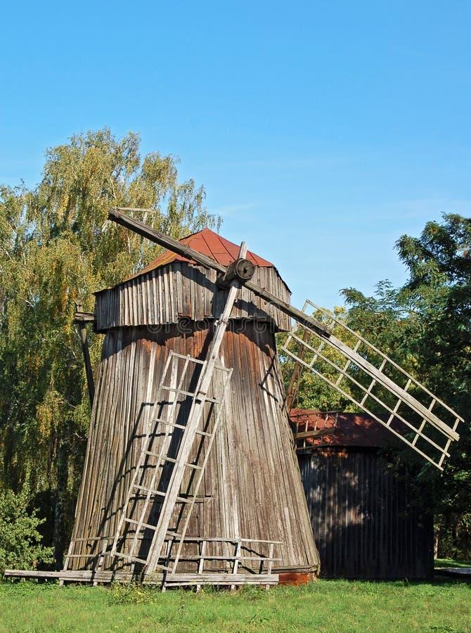 Moulin à vent en bois antique images libres de droits