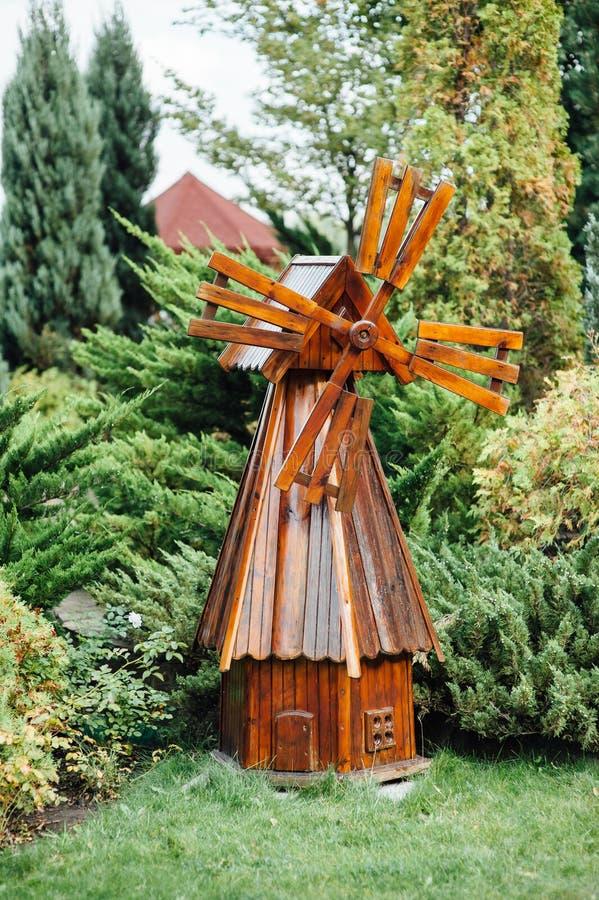 moulin à vent en bois décoratif photo stock - image: 78092224