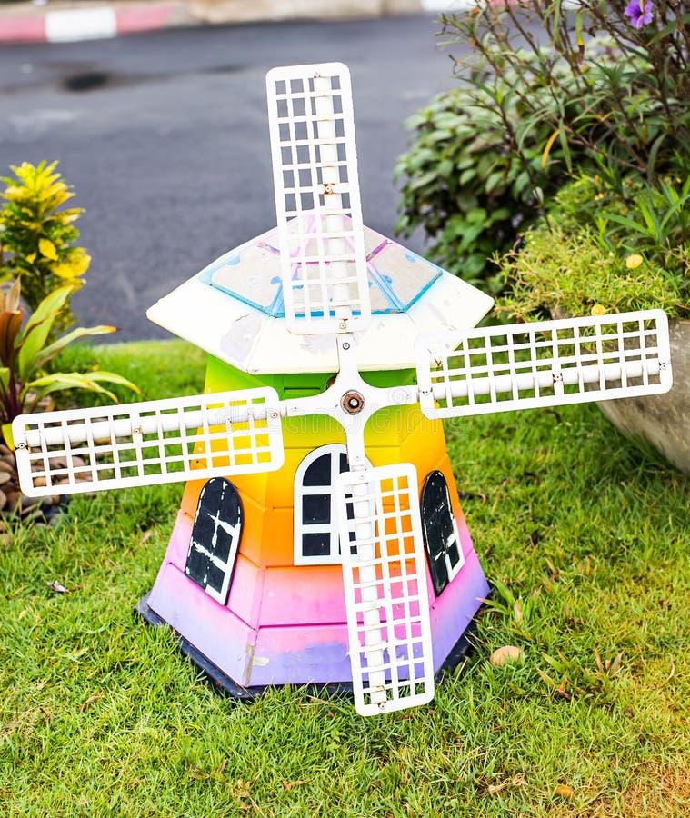 moulin à vent en bois décoratif dans le jardin découpage de l'art