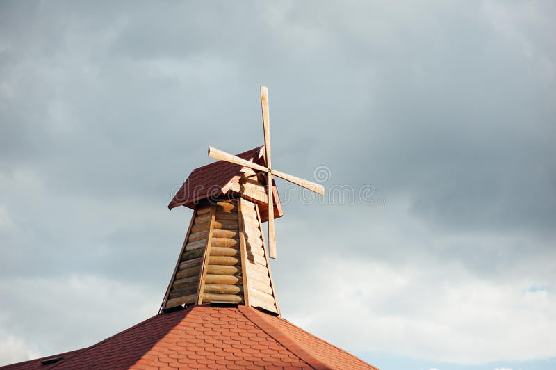 moulin à vent en bois décoratif sur le foof photo stock - image