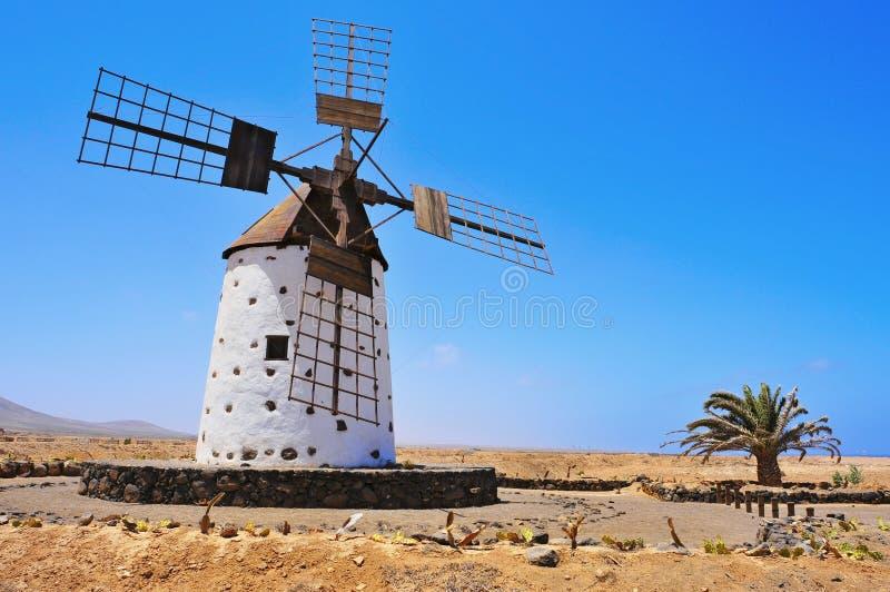 Moulin à vent en EL Cotillo, Fuerteventura photos libres de droits