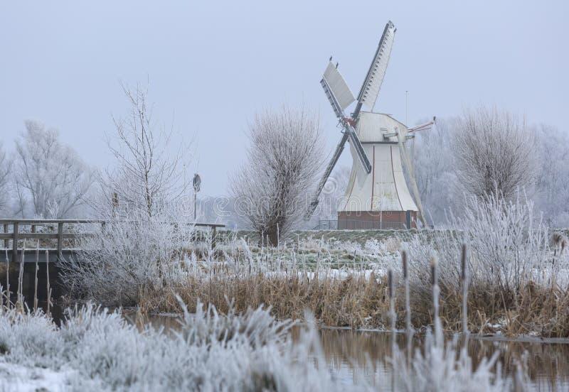 Moulin à vent en hiver photographie stock libre de droits