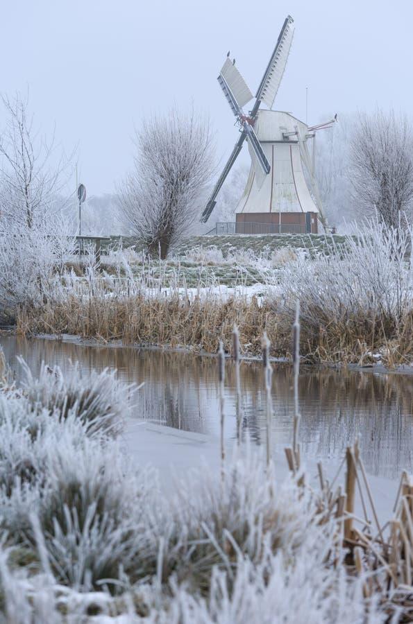 Moulin à vent en hiver photographie stock