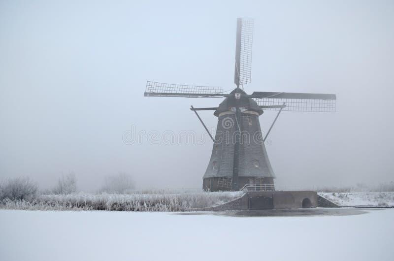 Moulin à vent en hiver en Hollande images stock