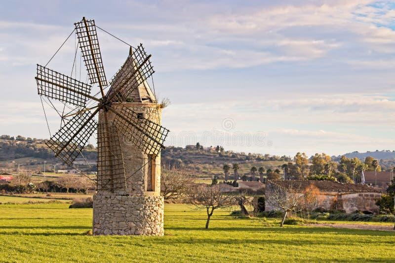 Moulin à vent en montuiri, ferme, pré, arbres et belles collines, Majorque, Espagne photographie stock libre de droits