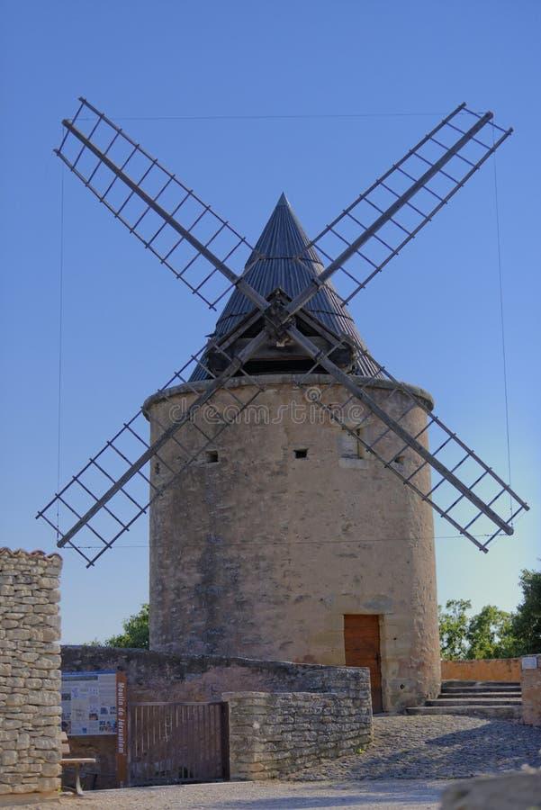 Moulin à vent en Provence images libres de droits