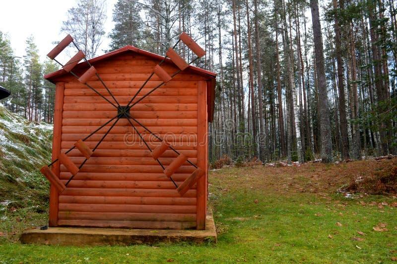 Moulin à vent entouré par des arbres Horizontal de l'hiver image libre de droits