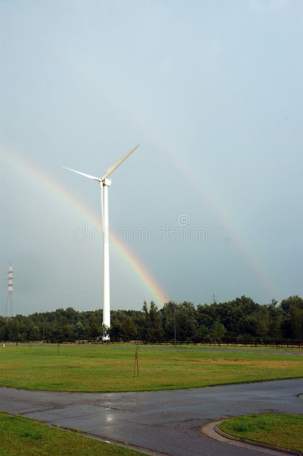 Moulin à vent et arc-en-ciel. photos stock