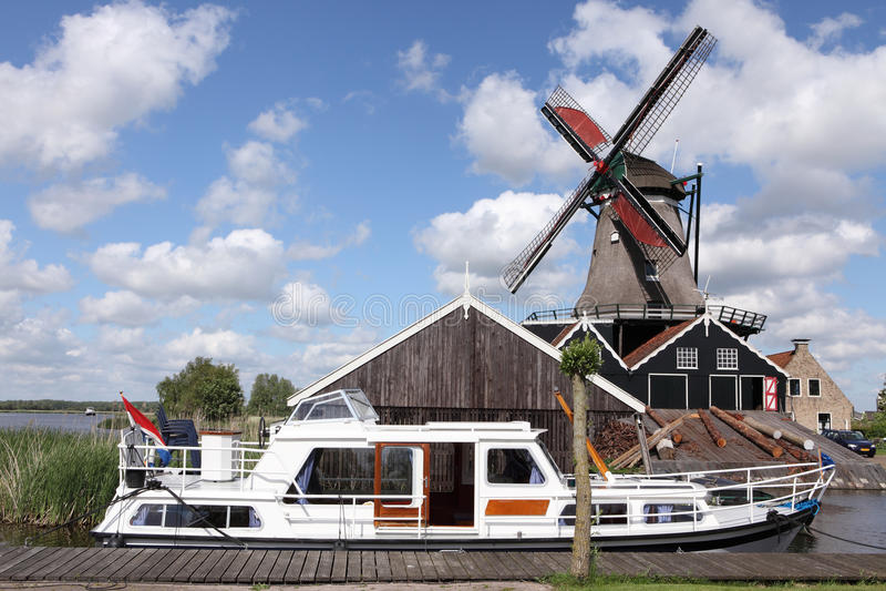 Moulin à vent et bateau images libres de droits