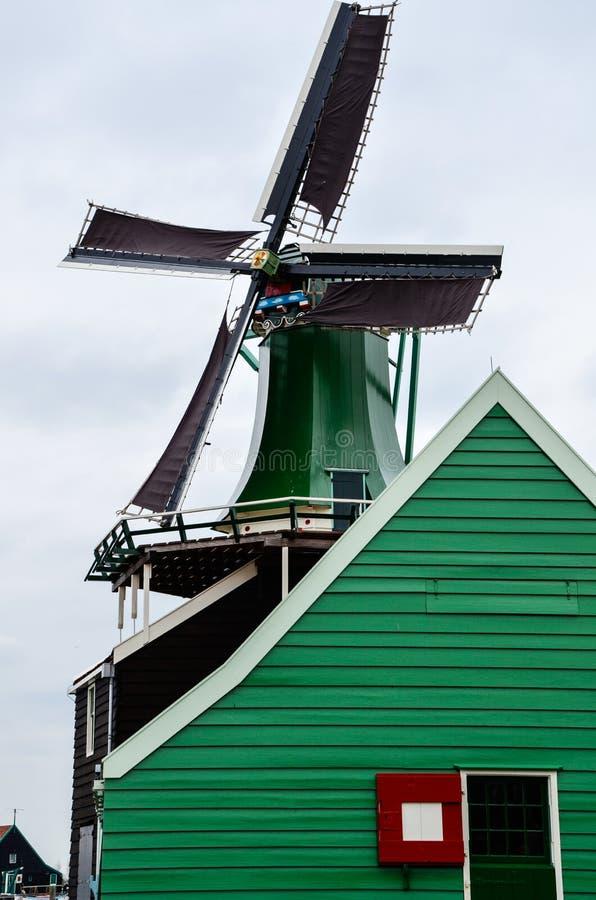 Moulin à vent et maison en bois de vert, Zaanse Schans images libres de droits