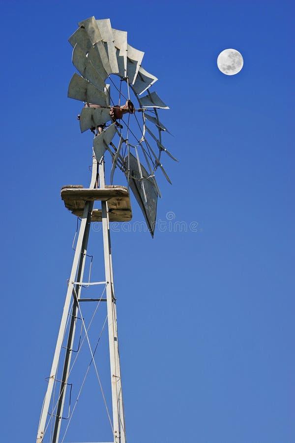 Moulin à vent et pleine lune sur le bleu photographie stock libre de droits