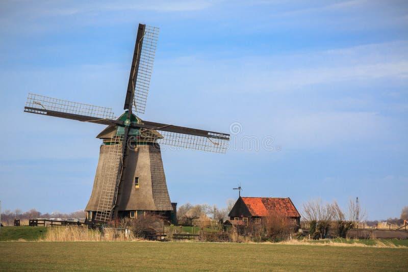 Moulin à vent fonctionnant de la Hollande aux Pays-Bas image libre de droits