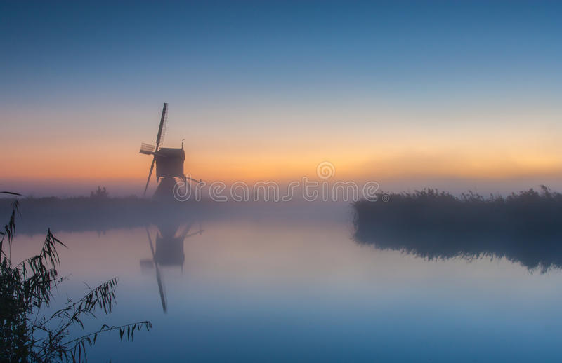 Moulin à vent hollandais au lever de soleil photos libres de droits