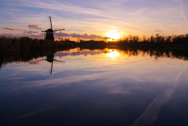 Moulin à vent néerlandais au coucher du soleil photos stock