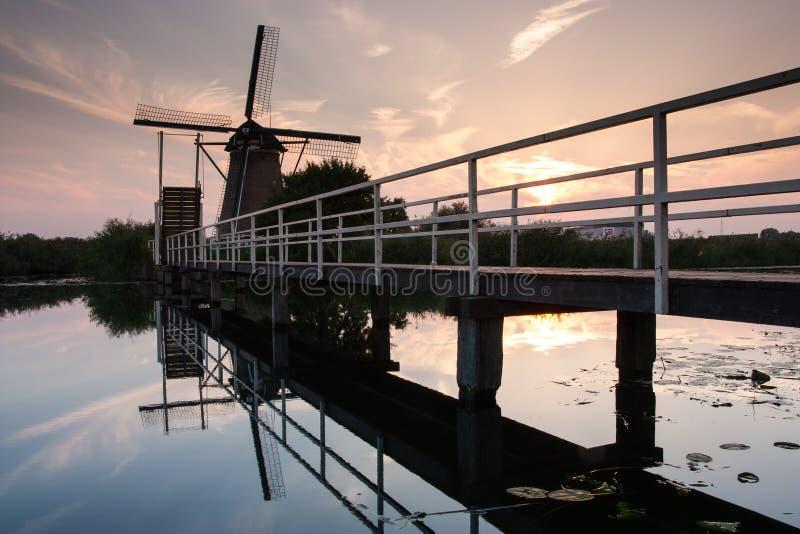 Moulin à vent néerlandais avec le pont dans le kinderdijk photographie stock libre de droits