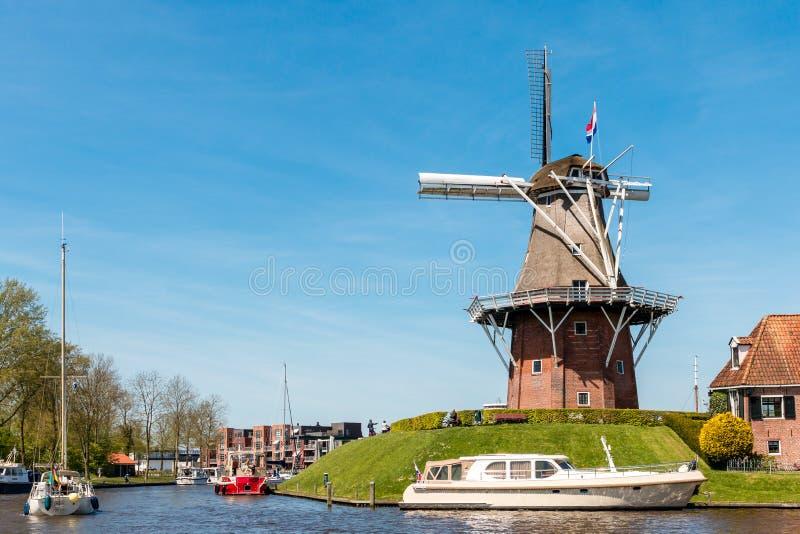 Moulin à vent néerlandais contre un ciel bleu clair images stock