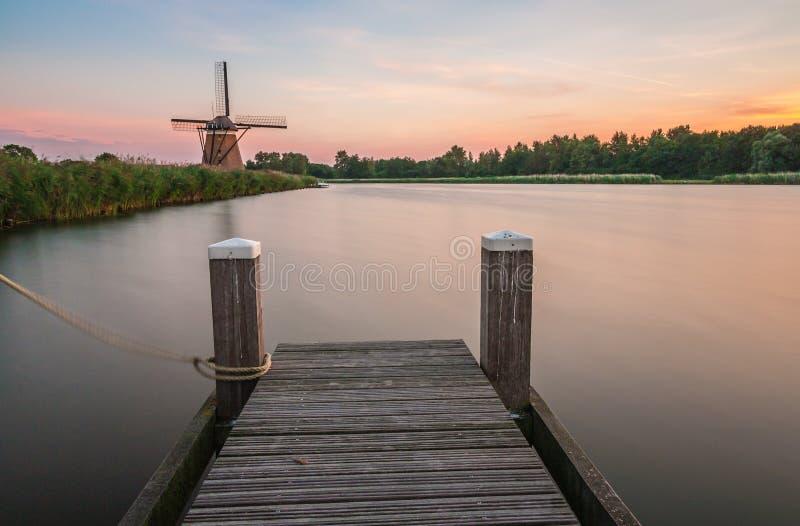 Moulin à vent néerlandais et une jetée photo libre de droits