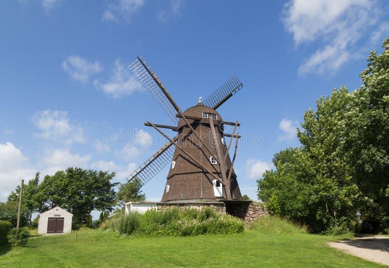 Moulin à vent néerlandais historique de style dans Melby, Danemark photos stock
