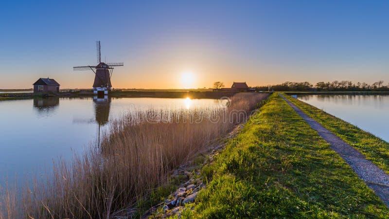 Moulin à vent néerlandais pendant le coucher du soleil images stock