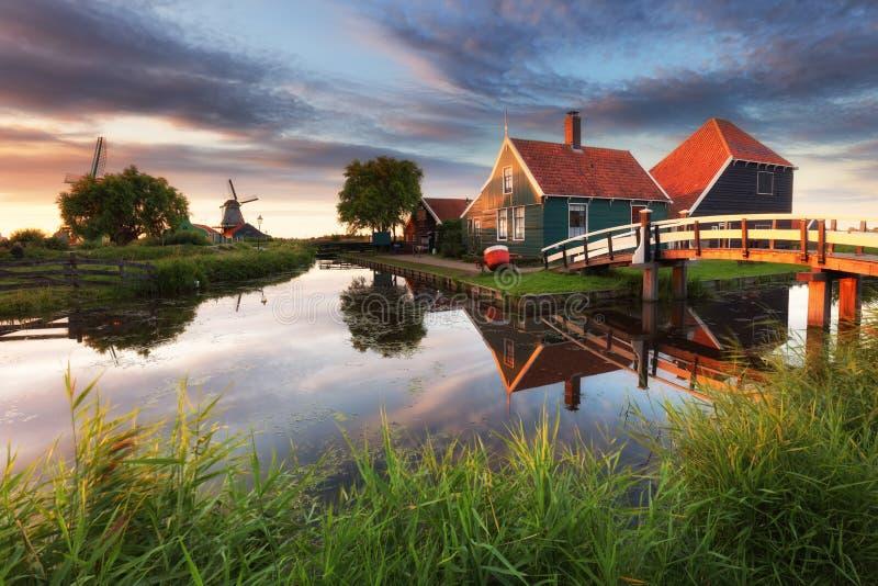Moulin à vent néerlandais, schans de Zaanse - Zaandam, près d'Amsterdam photo libre de droits
