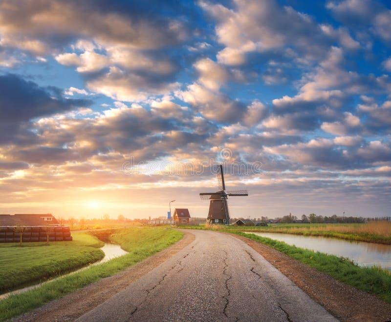 Moulin à vent néerlandais traditionnel contre le ciel coloré avec des nuages photo libre de droits