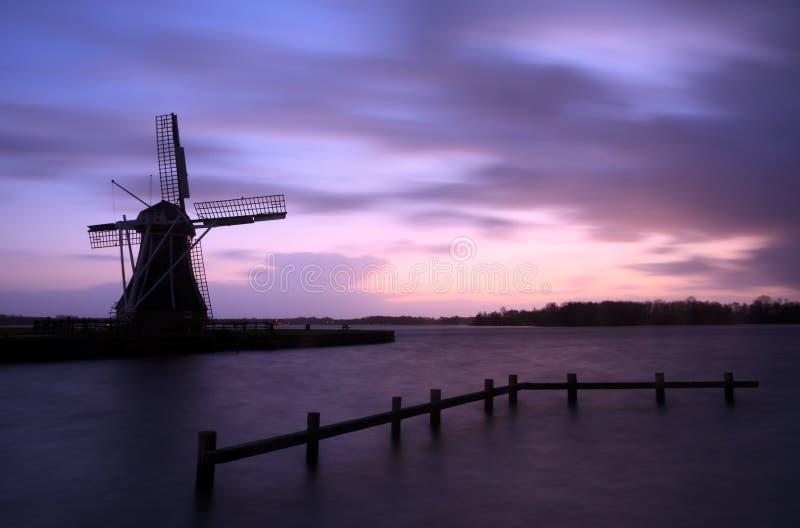 Moulin à vent orageux photographie stock libre de droits