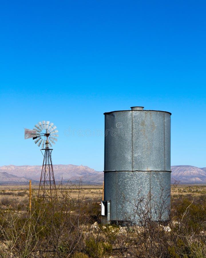 Moulin à vent, réservoir d'eau images libres de droits