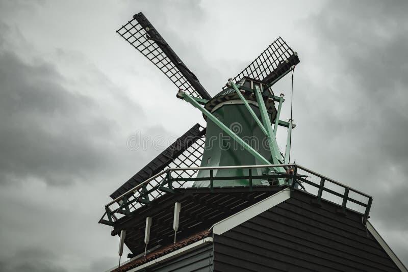 Moulin à vent sous le ciel nuageux dramatique holland image libre de droits