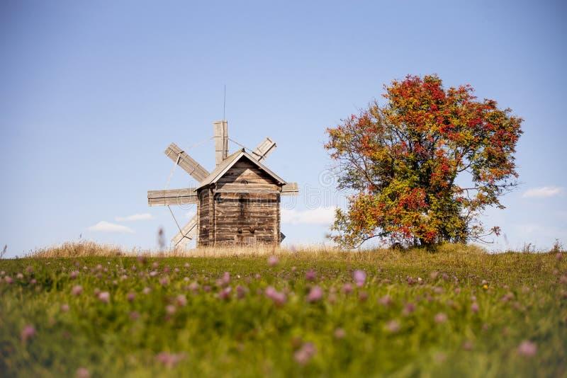 Moulin à vent sur l'île de Kizhi Automne image libre de droits